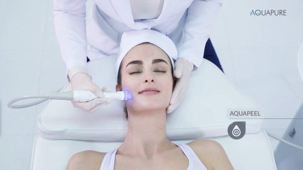 Paciente en cabina realizándose el tratamiento Aquapure